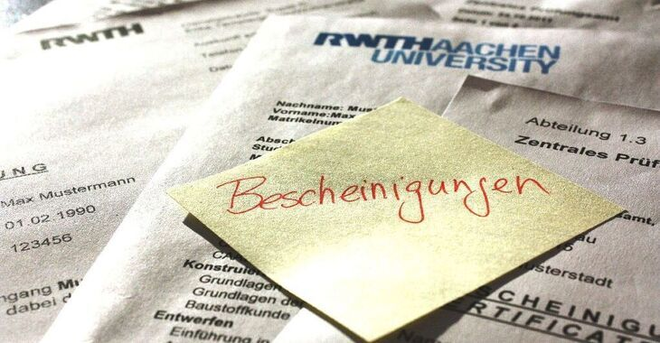 Bescheinigungen written on a post it